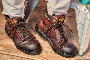czy wkładać spodnie do butów