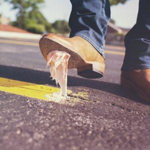 jak usuwać gumę do żucia z butów